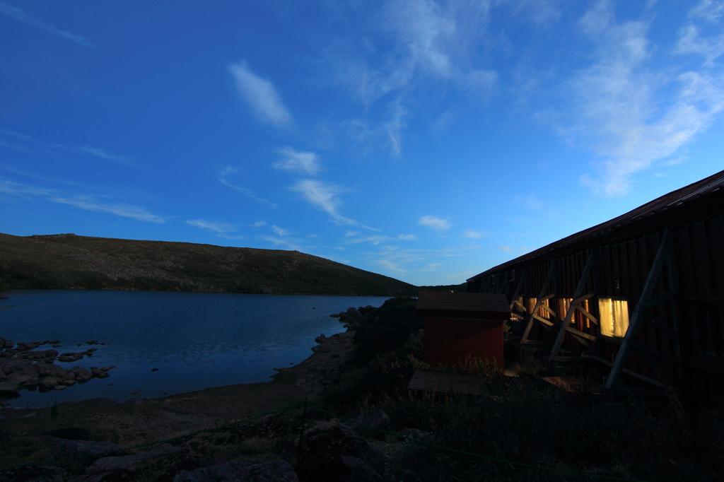 山小屋での夕暮れ