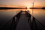 風車の向こうに日が沈む