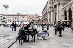 ドゥオモ広場のピアニスト