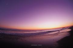月が見守る遠州灘の夕暮れ