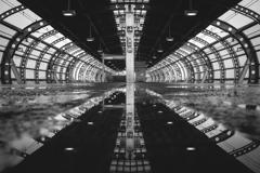 雨に降られる駅舎