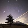富士頭上のオリオン座