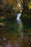静寂なる渓谷の小滝