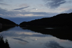 鴛(おしどり)の池、暁の月