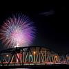 吉野川橋に大輪の花