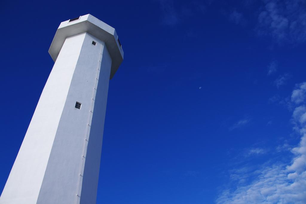 灯台と秋の月