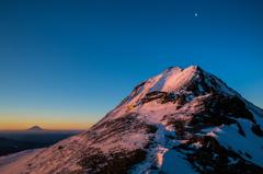 朝日に染まる赤岳山頂
