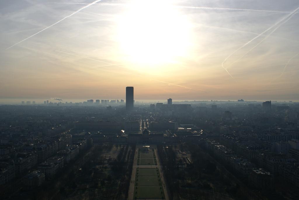 飛行機が飛び交うパリの朝