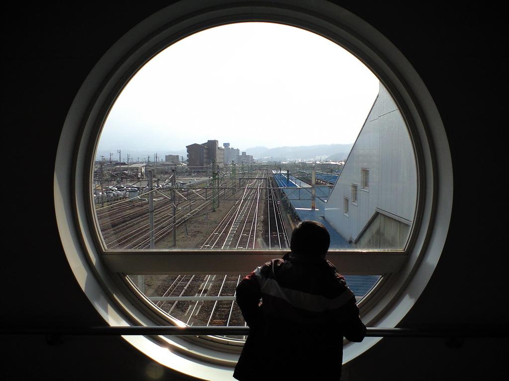 丸窓より線路を望む