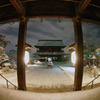 雪夜の善光寺:本堂から望む山門
