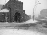 雪の降る街