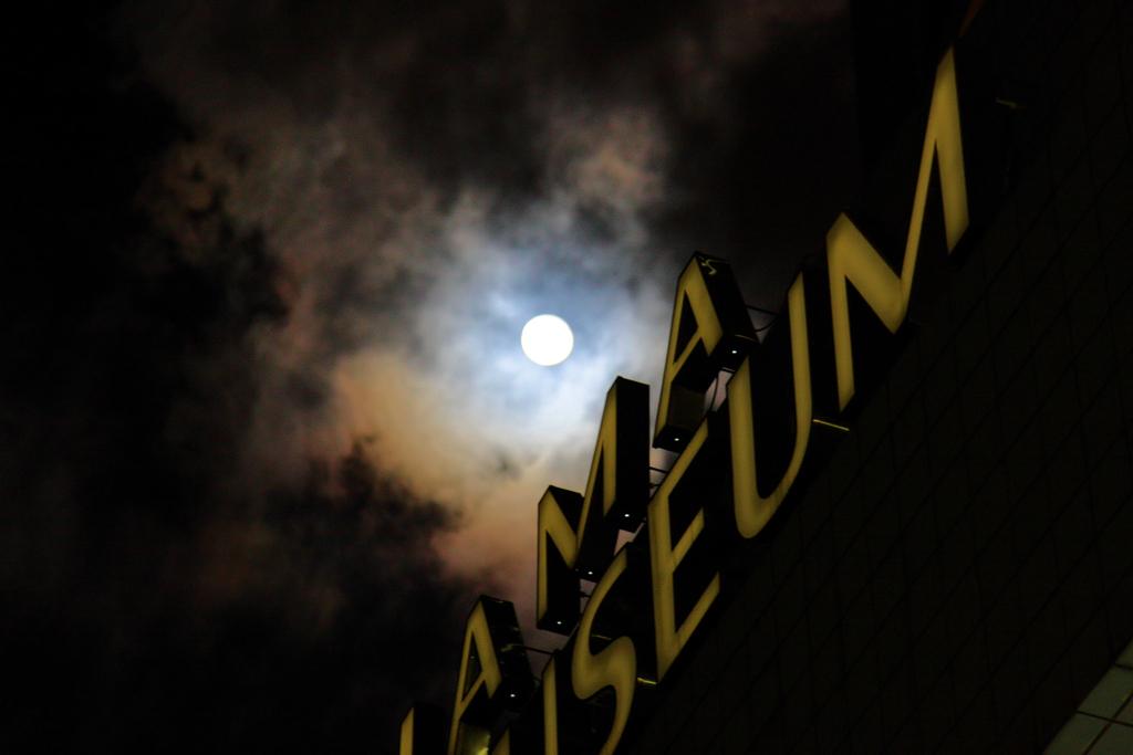 月明かりと看板