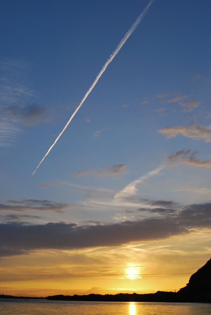 一筋 飛行機雲