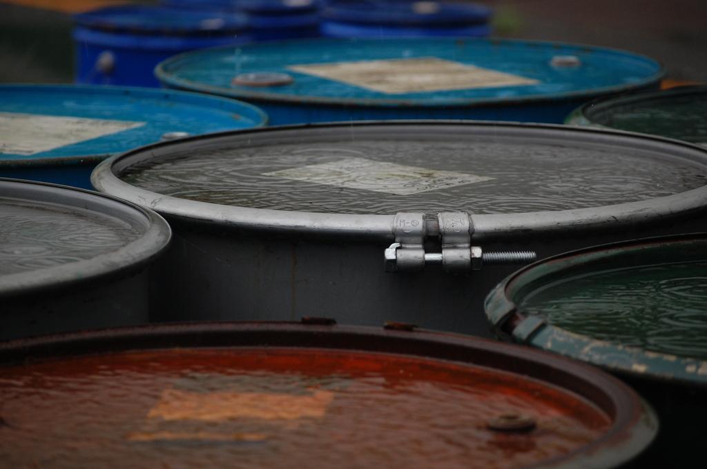 ドラム缶の上の雨