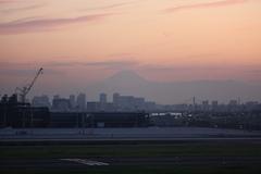 羽田空港から富士山を望む
