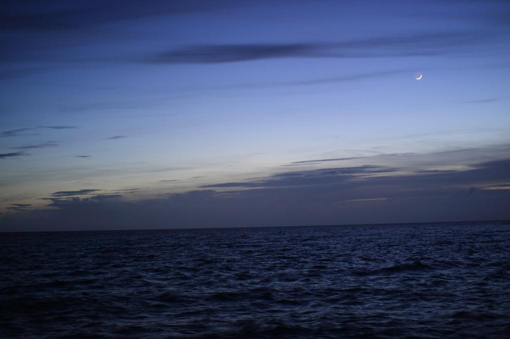 与那覇前浜の月(宮古島)