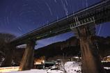 山間の鉄橋と北極星