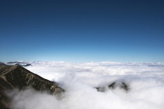 青い空 白い雲 浮かぶ山