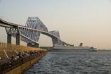 橋と船と釣人