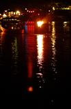 賑やか夜の川