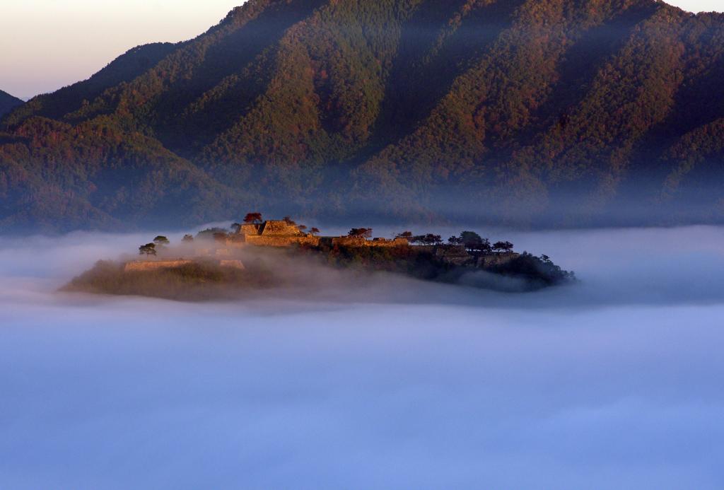 朝日に包まれる竹田城