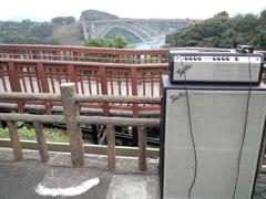 西海橋をバックに演奏