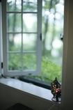 涼しげな窓辺