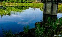 橋の下の青空