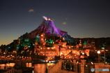 夜のプロメテウス火山