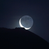 月は静かに昇りゆく