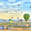 舞い降りる カッパドキアの気球たち