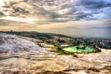 朝靄(もや)にかぶるパムッカレ「綿の宮殿」