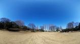 青空と誰もいない寒い公園