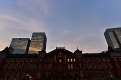 正面から煽り東京駅