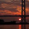明石海峡大橋と大きな船と夕陽