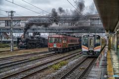 雨の新津駅