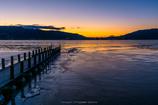 凍結湖の朝焼け