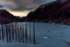 春まだ遠い自然湖の朝