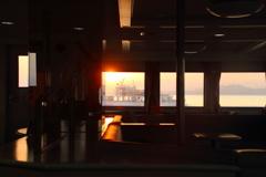 夜明けの船内