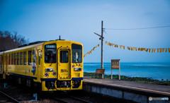 青空と海と列車と黄色いハンカチ
