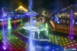 虹色の光と噴水の運河