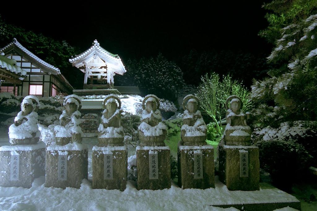 雪の大晦日・地蔵尊
