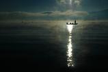 湖上の釣人