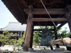 芸術家の鐘のある寺