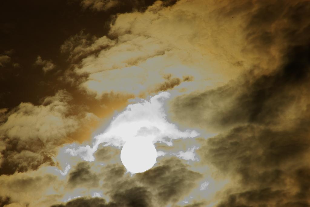 逆光の太陽