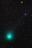 小アレイ星雲をかすめるラヴジョイ彗星