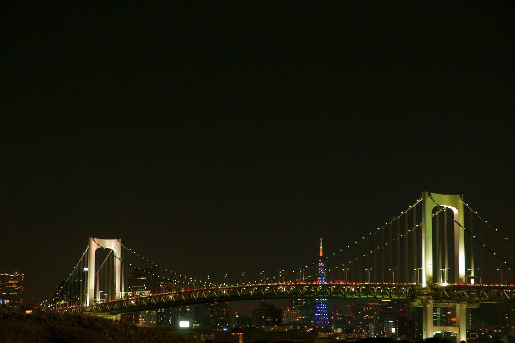 レインボーブリッジと青い東京タワー