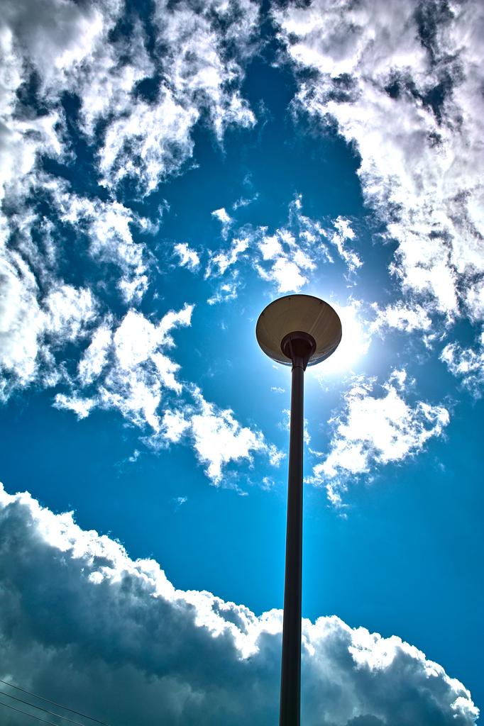 天を照らす。