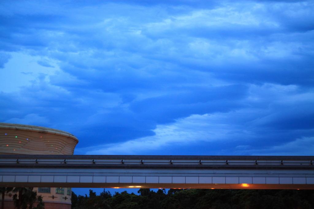 梅雨の空 青い雲
