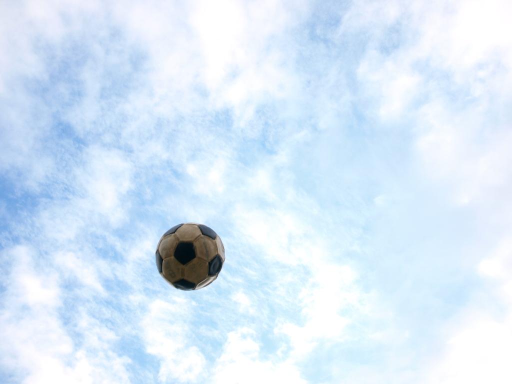 嬉しそうなサッカーボール